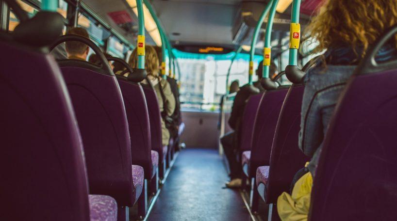 Interior de un autobús urbano