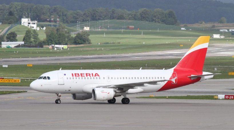 Un avión de Iberia en la pista de despegue